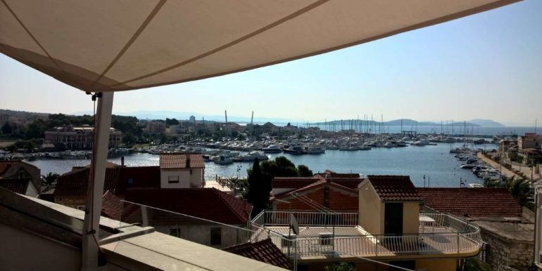 10villa in the center with a view of the marina and islands